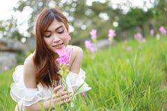 Mujer bastante asiática en campo del tulipán de Tailandia Imagen de archivo