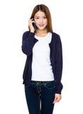 Mujer bastante asiática que habla por el teléfono móvil Foto de archivo