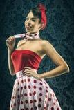 Mujer bastante atractiva en vestido rojo del lunar del vintage Fotos de archivo libres de regalías