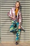 Mujer bastante atractiva y joven que presenta en la calle en ropa colorida foto de archivo