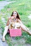 Mujer bastante caucásica con el lollipop Fotos de archivo libres de regalías