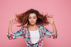Mujer bastante divertida que juega con el pelo aislado Fotografía de archivo libre de regalías