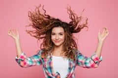 Mujer bastante divertida que juega con el pelo aislado Fotos de archivo