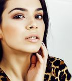 Mujer bastante elegante en vestido de la moda con el estampado leopardo en luxu Fotografía de archivo libre de regalías