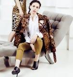 Mujer bastante elegante en vestido de la moda con el estampado leopardo en luxu Imágenes de archivo libres de regalías