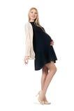 Mujer bastante embarazada en el mini vestido negro aislado Foto de archivo libre de regalías
