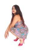 Mujer bastante india que se agacha Imagen de archivo