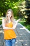 Mujer bastante joven al aire libre. Fotos de archivo