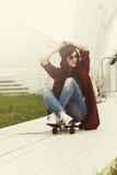 Mujer bastante joven al aire libre del retrato del verano de la moda con Skatebo Imagenes de archivo