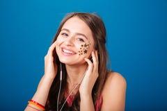 Mujer bastante joven alegre que escucha la música Imágenes de archivo libres de regalías