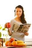 Mujer bastante joven, café de consumición, leyendo noticias Foto de archivo