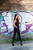 Mujer bastante joven cerca de la pared de la pintada Imagen de archivo