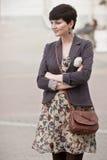 Mujer bastante joven con el corte de pelo corto que presenta en una calle Fotografía de archivo