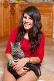 Mujer bastante joven con el gato Imagen de archivo libre de regalías