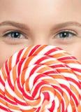 Mujer bastante joven con el lollipop. Aislado Fotografía de archivo