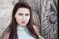 mujer bastante joven con el pelo largo oscuro y los ojos azules Imagen de archivo