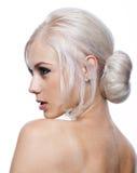 Mujer bastante joven con el pelo rubio para arriba Imagen de archivo