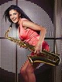 Mujer bastante joven con el saxofón Imagen de archivo
