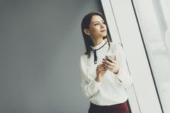 Mujer bastante joven con el teléfono móvil Fotografía de archivo libre de regalías