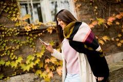Mujer bastante joven con el teléfono móvil Imagenes de archivo
