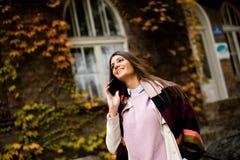 Mujer bastante joven con el teléfono móvil Imagen de archivo libre de regalías