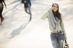 Mujer bastante joven con el teléfono móvil Foto de archivo libre de regalías