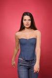 Mujer bastante joven con la cintura delgada en corsé de la mezclilla foto de archivo