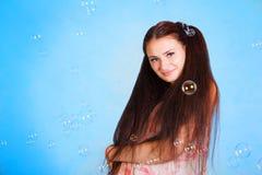 Mujer bastante joven con las burbujas de jabón Fotografía de archivo libre de regalías