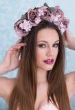 Mujer bastante joven con las flores en su pelo Fotografía de archivo libre de regalías