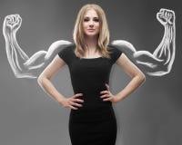 Mujer bastante joven con los brazos fuertes y musculosos bosquejados Fotografía de archivo libre de regalías