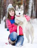 Mujer bastante joven con su perro casero Imagen de archivo