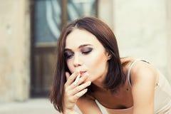 Mujer bastante joven con un cigarrillo Fotos de archivo libres de regalías