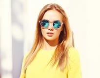 Mujer bastante joven de la moda del primer del retrato en gafas de sol Imagen de archivo