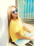 Mujer bastante joven de la moda del retrato en gafas de sol Foto de archivo