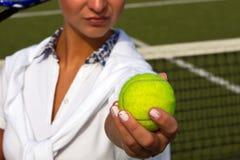 Mujer bastante joven del jugador de tenis que juega a tenis Imagenes de archivo