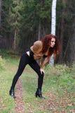 Mujer bastante joven en corsé con actitud de la piel en bosque Foto de archivo libre de regalías