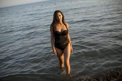 Mujer bastante joven en el mar fotos de archivo libres de regalías