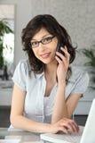 Mujer bastante joven en el teléfono Fotos de archivo libres de regalías