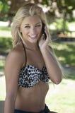 Mujer bastante joven en el teléfono Fotos de archivo