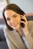 Mujer bastante joven en el teléfono en barra de café Fotografía de archivo libre de regalías