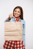 Mujer bastante joven en el vestido del control que sostiene el panier de papel Imagen de archivo