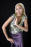 Mujer bastante joven en falda púrpura linda del satén Fotografía de archivo
