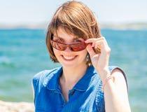 Mujer bastante joven en gafas de sol Foto de archivo