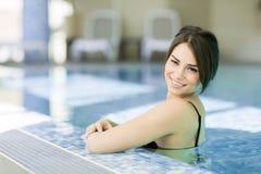 Mujer bastante joven en la piscina Foto de archivo
