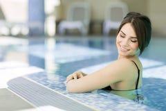 Mujer bastante joven en la piscina Imágenes de archivo libres de regalías