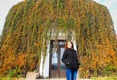 Mujer bastante joven en otoño imagen de archivo libre de regalías