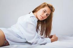 Mujer bastante joven en un men& blanco x27; camisa de s Imagen de archivo