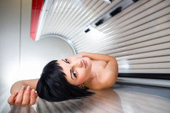Mujer bastante joven en un solarium moderno Imagen de archivo