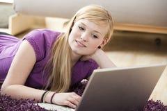 Mujer bastante joven en una computadora portátil Imagen de archivo libre de regalías