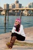 Mujer bastante joven a lo largo de la bahía con horizonte Foto de archivo libre de regalías